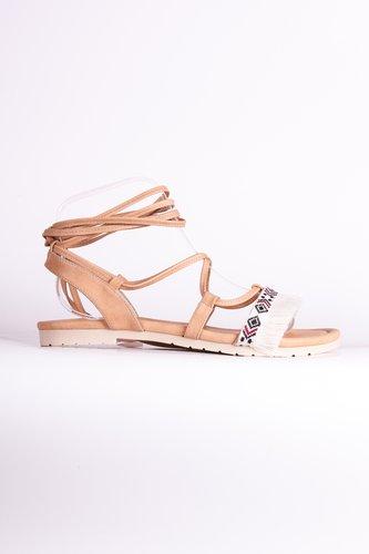 Sandalias nude con cinta de flecos beige. Confeccionadasa mano.