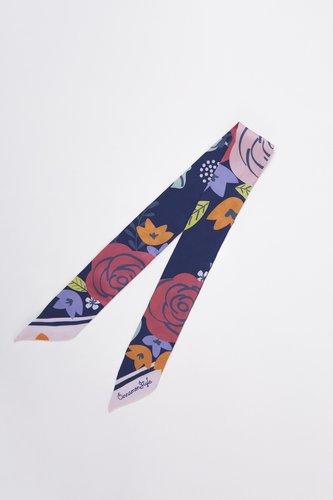 Material: seda sintética Medidas: 5 cm ancho x 84 cm largo ¡Ideal para usarlo en el pelo o como accesorio en tu cartera favorita!