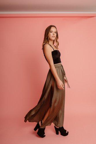 Falda de gasa, super suave, con abertura en el costado.