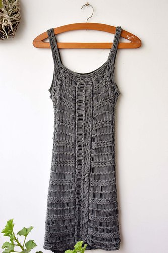 Vestido tejido corto, perfecto para una escapadita a la playa.