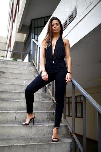 Pantalón de denim negro. Skinny Fit. High- Rise. Pantalón de Jean negro, pitillo de 5 bolsillos. Perfecto para reuniones y salidas.