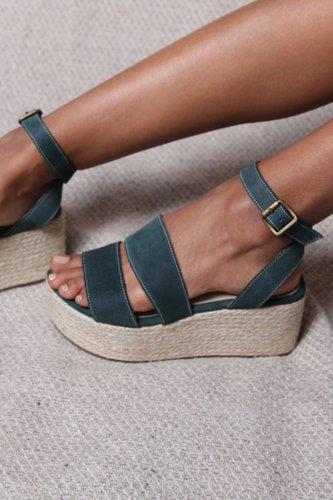 Sandalias 100% de cuero, con una plataforma de 6cm.