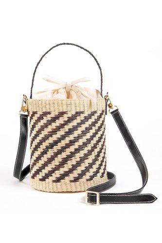 Bucket bag tejido en paja Toquilla con asa larga de cuero y forro interior de tela.  0.22 cms alto balde, 0.18 cms diametro, 1.20 mt largo asa