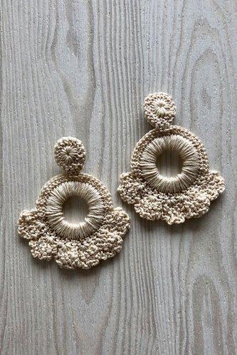 Aretes de crochet hechos a mano.