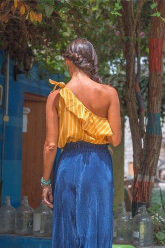 Blusa de algodón off shoulder en un hombro.  Medidas:  Talla Busto Largo S 42cm 49cm M 51cm 46cm L 57cm 47cm