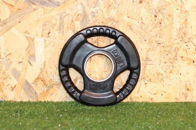 Disco de caucho para barra olimpica con 3 huecos de agarre y anillo de acero de 50mm  El Peso es de 1.25Kg.  Precio Incluye 1 unidad