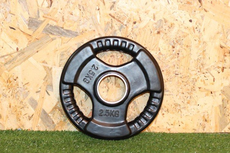 Disco de caucho para barra olimpica con 3 huecos de agarre y anillo de acero de 50mm  El Peso es de 2,5Kg.  Precio Incluye 1 unidad