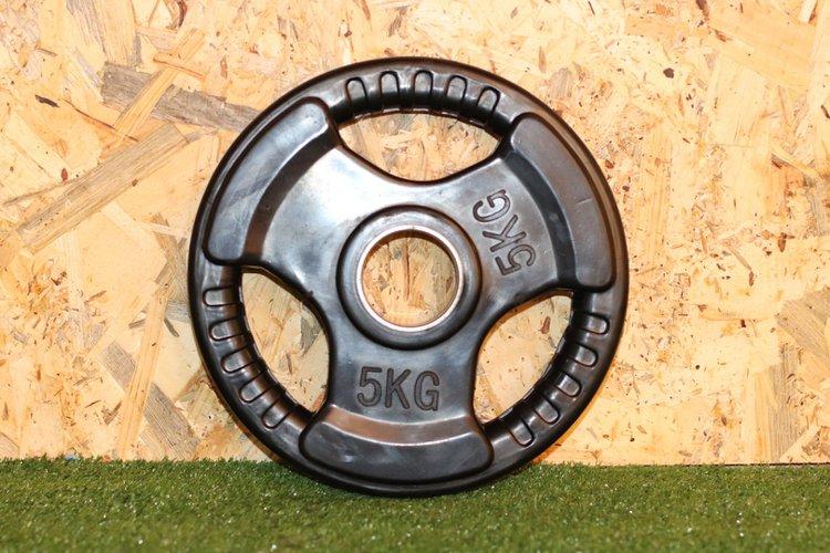 Disco de caucho para barra olimpica con 3 huecos de agarre y anillo de acero de 50mm  El Peso es de 5Kg.  Precio Incluye 1 unidad