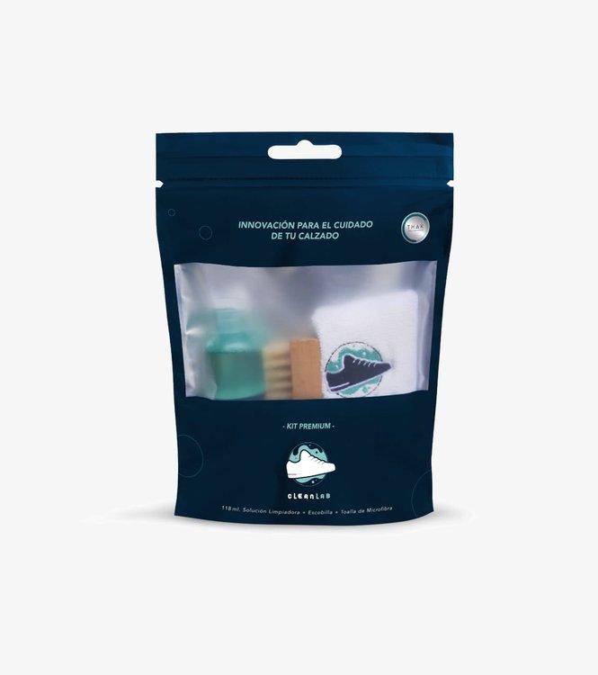 El Kit Premium de Clean Lab es tu laboratorio personal para el cuidado de tu calzado. Es gentil, eficiente, limpia y restaura removiendo suciedad que inevitablemente aparece durante el uso del calzado. Este producto no contiene ningún químico dañino, es 98.3% natural y 100% biodegradable, por lo cual es amigable con el medio ambiente.  - 118 ml de Solución Limpiadora - Escobilla Premium - Toalla de Microfibra - No contiene químicos dañinos - 98.3% Natural - 100% Biodegradable - Seguro para usar en cualquier material
