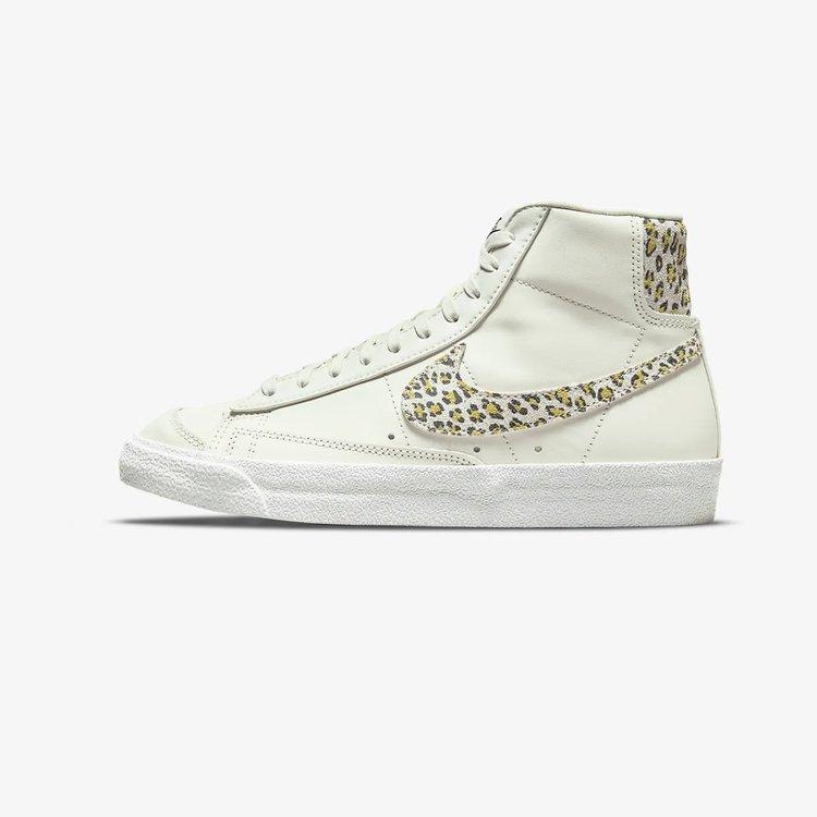 Estado:DISPONIBLE EN STOCKModelo:Nike Blazer Mid 77 SeColor: WhiteCondicion:NuevoEnvios:A todo el PerúProducto:100% Original(Autentificado)  ACEPTAMOS TODAS LAS TARJETAS:    ENVIO:2 a 3 días hábiles SEGURO:Compras seguras en estesitio webCONSULTAS:Whatsapp: 922700102