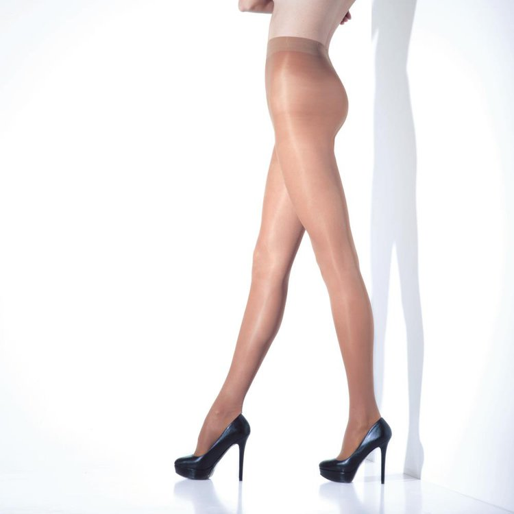 Atributos: -Elasticada -Transparente -Mate -Previene problemas vasculares -Compresión graduada media en piernas -Previene la hinchazón en tobillos -Sin demarcación -Rombo anatómico de algodón -Con puntera