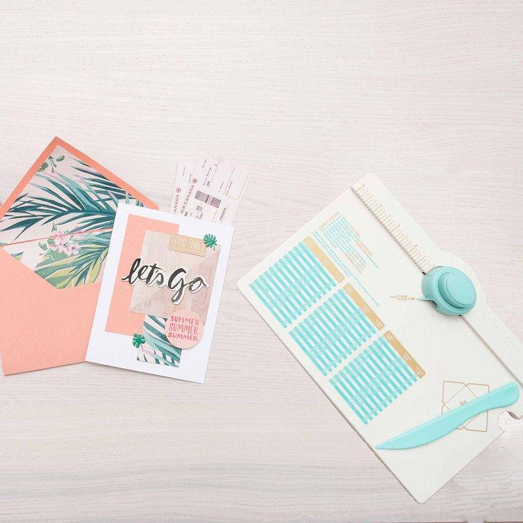 Envelope Punch Board  Tablero de corte para realizar sobres personalizadosdel tamaño que lo necesites. Características:  Tamaño herramienta :26,6 cm x 19,9 cm. Tamaños de sobre :66 distintos. Tamaños de sobre :Entre 5,1 cm x 9 cm y 15,5 cm x 21,6 cm. Incluye :Plegadora.