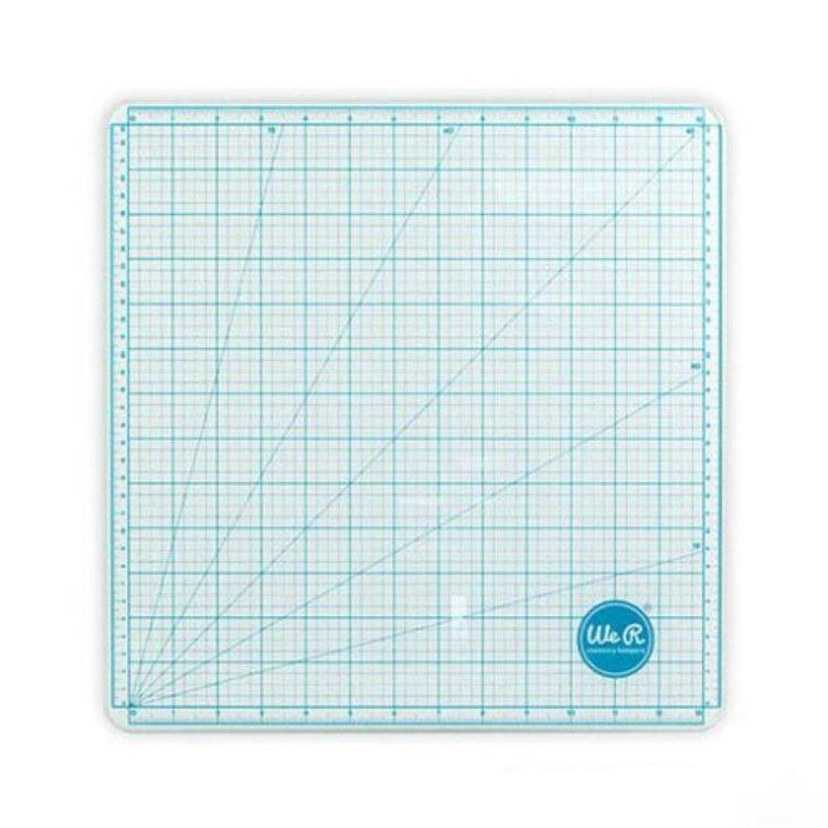 Tamaño: 35.6 x 35.6 cm  Esta base de corte esta hecha de cristal templado, lo que te permitirá usarla como tableta de colores para pintar y mezclar. Ideal para usarla con las tintas distress o distress stain, puedes mezclar en la propia tabla de corte y limpiarlo con facilidad. Podrás usar pegamento caliente sobre ella. Tabla con medidas tanto en centímetros como en pulgadas, además de unas medidas angulares para facilitar tu trabajo. La base de corte, tiene unos pequeños apoyos de silicona en las esquinas para evitar que se mueva.  Equipo Scrapyart