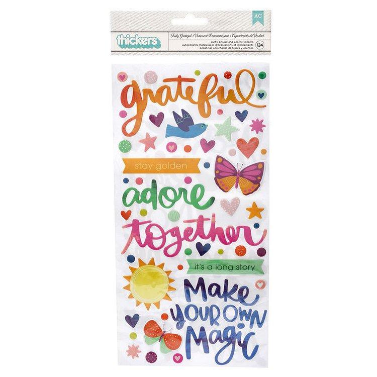 Estas adorables piezas son perfectas para páginas de álbumes, tarjetas, diarios y planificadores. Este paquete incluye 124 frases Thickers puffy en una variedad de colores y patrones.