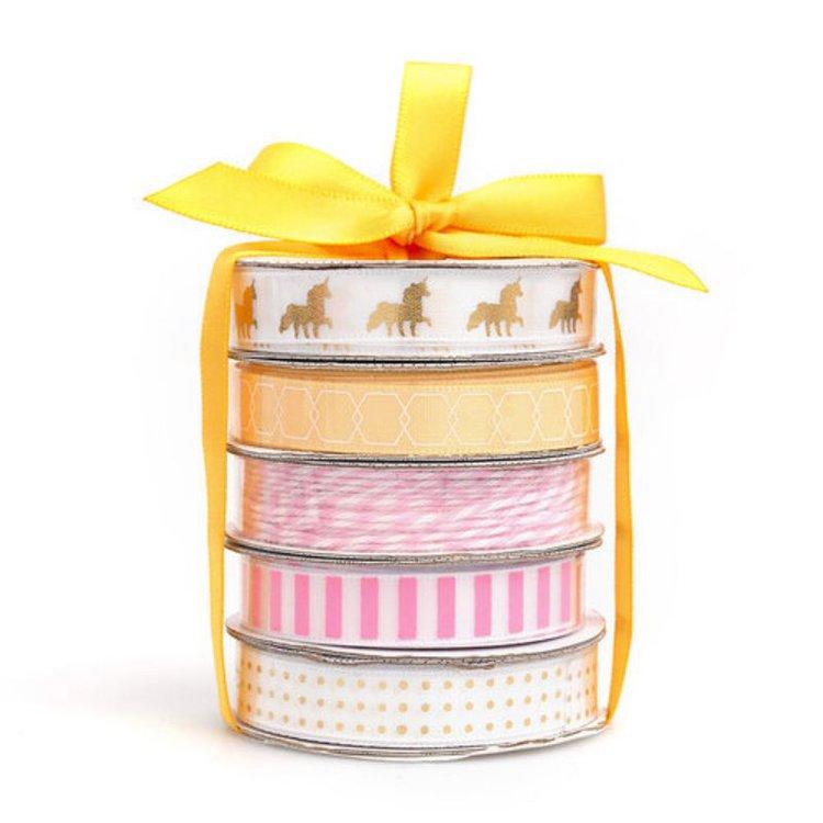 Perfecto para tarjetas, regalos, páginas de álbumes de recortes y mucho más! Este paquete contiene cuatro bobinas de cintas satinadas y una bobina de hilo en patrones de colores brillantes.  Equipo Scrapyart