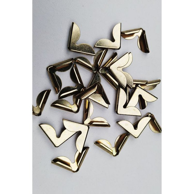 Esquineros de metal color Dorado, especiales para cubrirlas esquinas de tus proyectos de encuadernacion y cartonaje.  Pack x 25 unidades.  Equipo Scrapyart