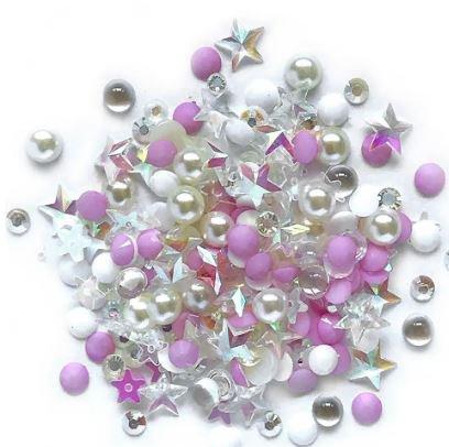 Una combinación perfectamente coordinada de piedras preciosas iridiscentes, gotas cristalinas de espalda plana, teñidas para combinar con piedras preciosas facetadas y lentejuelas. El contenido es igual a 3 cucharaditas, aproximadamente 12 gramos.