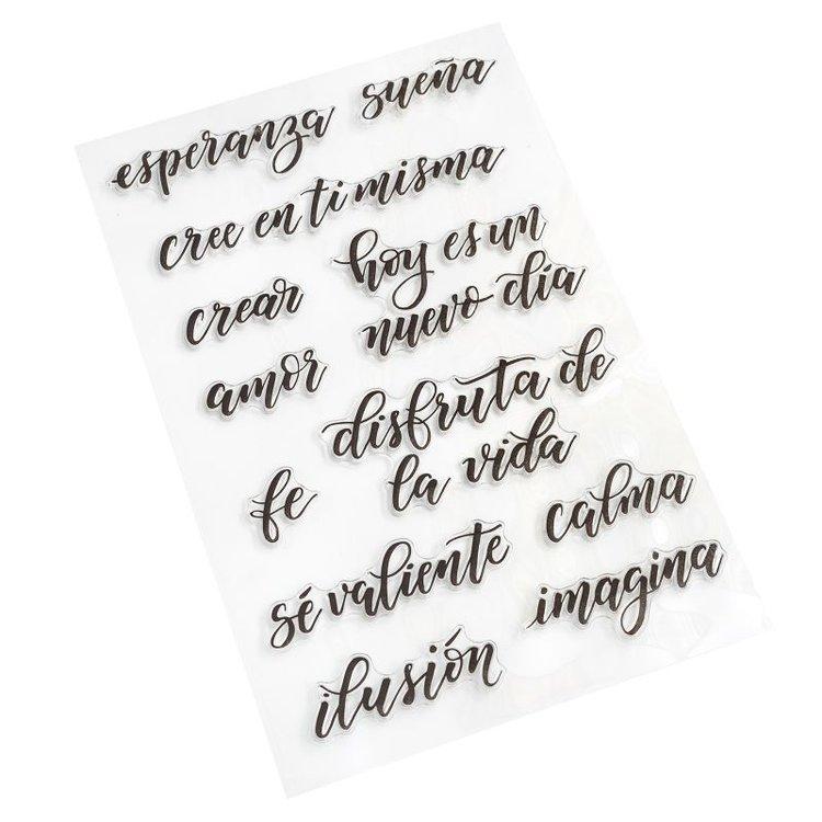 Sello de Citas 2  ¡Agregue frases en español especiales para cualquier proyecto de lettering con los sellos Kelly Creates! Estos hermosos sellos se pueden usar con tu color de tinta favorito y un bloque acrílico, conseguiras hacer sellos perfectos en todo momento. Este paquete incluye 12 sellos en español.  Equipo Scrapyart