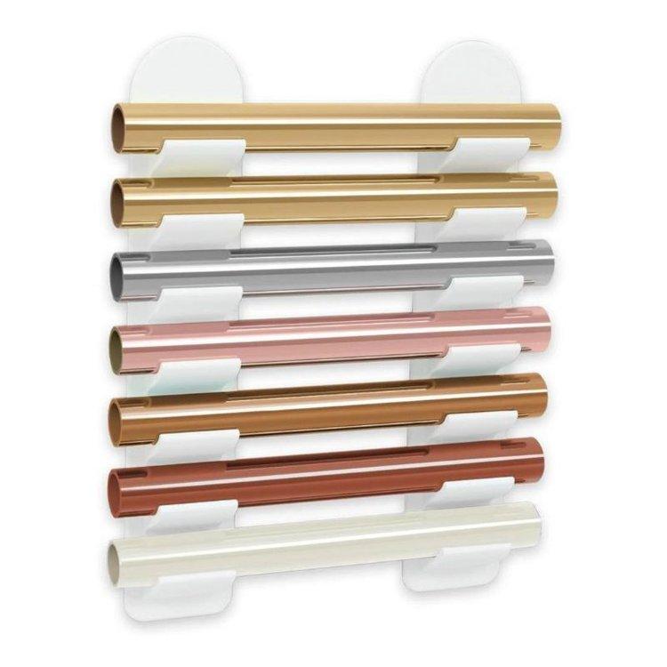 Foil Storage Minc de Heidi Swapp  Con éste organizador de pared para laminas Minc, podrás mantener en órden todas tus laminas foil y otros tipos de rollos. Estos prácticos organizadores son del tamaño perfecto para talleres, oficinas ,aulas etc.  Entran rolloshasta 3.5 cm aprox.  No incluyen los rollos, la imagen es demostrativa.  Contenido:  2 Racks (bastidores) que miden 6.35 x 38.1 x 2.5 cm 1 Herramienta de alineación para una colocación mas fácil.  Equipo Scrapyart