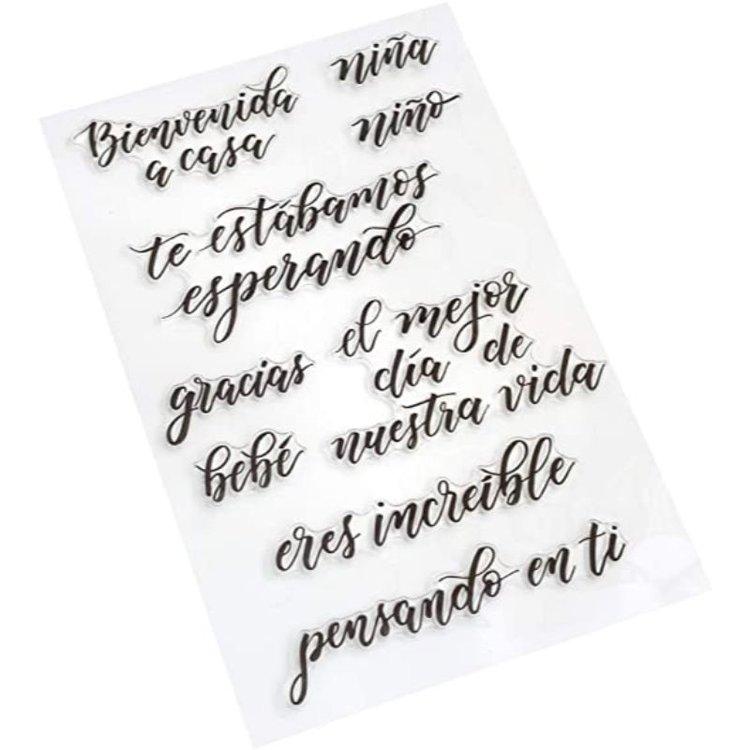 Sellos de SentimientoSet  Agregue frases en español especiales para cualquier proyecto de lettering con los sellos Kelly Creates.Estos hermosos sellos se pueden usar con tu color de tinta favorito y un bloque acrílico, conseguiras hacer sellos perfectos en todo momento. Este paquete incluye 9sellos en español.  Equipo Scrapyart