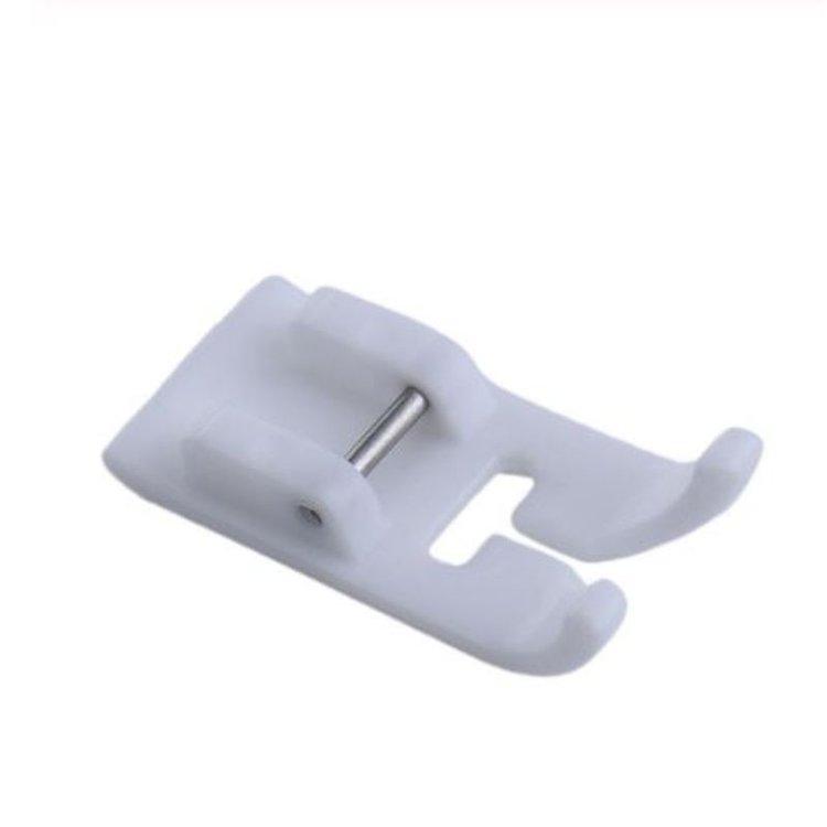 Prensatela Antiadherente SA114 (tipo horizontal)  Diseñado para una alimentación constante con telas como cuero, vinilo, bucley otras telas novedosas.. Perfecto para doblar manteles de plástico.  Para uso con:  Serie AS BC-2100/2300/2500 series Serie BM-2600/2700/3500/3600 BN / BQ Series Serie CS-100/4000/6000 CS-80/8060/8072/8080/8120/8130/8150 DS120 / DS140 Serie ES2000 / 2200/2400 FS20 / FS40 / FS100 / FS130 HE-120 Innov-es 10 / 10A / 15 / 20LE / 27SE / 30/35/50/55 Innov-es 200/350/400/550/600 Innov-es 500 / 500D Innov-es 900/950/955 Innov-es 1000/1100/1200/1250/1300 / 1800Q Innov-es 1500 / 1500D Innov-es 2200 Innov-es 2500D / 2600 Innov-es QC-1000 Innov-es 4000 / 4000D Innov-is 5000 Innov-es 1 / 1e Innov-is NX2000 Serie LX MS-4/5/6 Serie NX-200/400/600 NX-250/450/650 PE-300S / 400D PC-2800/3000/6000 PC-6500/8200/8500 series PS-53/55/57 PS-1000/1250/1800/1950 PS-2000/2100/2200/2300/2500 PS-2250/2360/2470 PS-3100/3700 Serie RL / RH SE-270D, Estrella 10/15/20 / 20E / 30E / 40E Estrella 110 / 120E / 130E / 140E Star 230E / 240E Super Ace + e Super Ace I / II / III S.E. Super Galaxie 2000 series Super Galaxie 3000 Series V-7 / V-5 Serie XL-2100/2200/2600/3500/3600 XL3800 Serie XL-6040/6050/6060 XL-6452/6562 XR-27/37 XR-46C / 52C XR-65T Serie XQ / XN Serie ULT.  Equipo Scrapyart