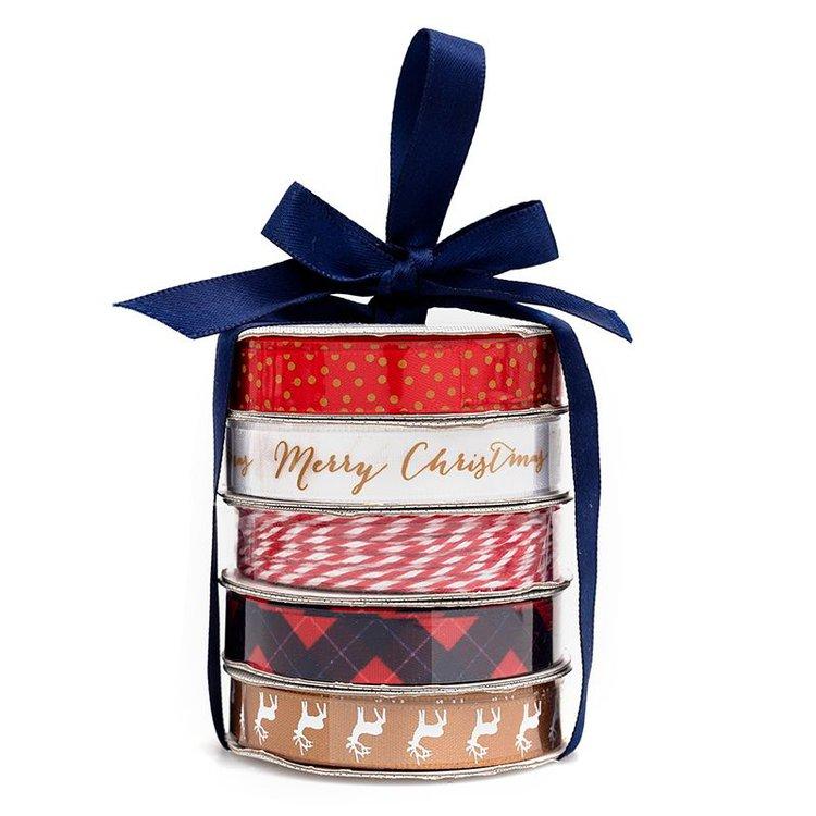 Cinta Satinada Merry Christmas  Perfecto para tarjetas, regalos, páginas de álbumes de recortes y mucho más! Este paquete contiene cuatro bobinas de cintas satinadas y una bobina de hilo en patrones de colores brillantes.  Equipo Scrapyart