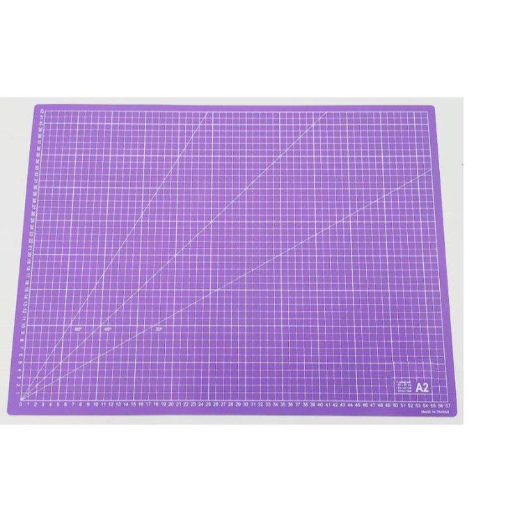 Mat de Corte A2 Lila  Unabase de cortees la principal herramienta para un escrapero o crafter. Sirve, no solo para cortar con el cúter sin dañar la mesa, sino que la usamos como zona de trabajo para evitar manchar y dañar la mesa.  Tamaño: A2 (57x42cm)  Equipo Scrapyart