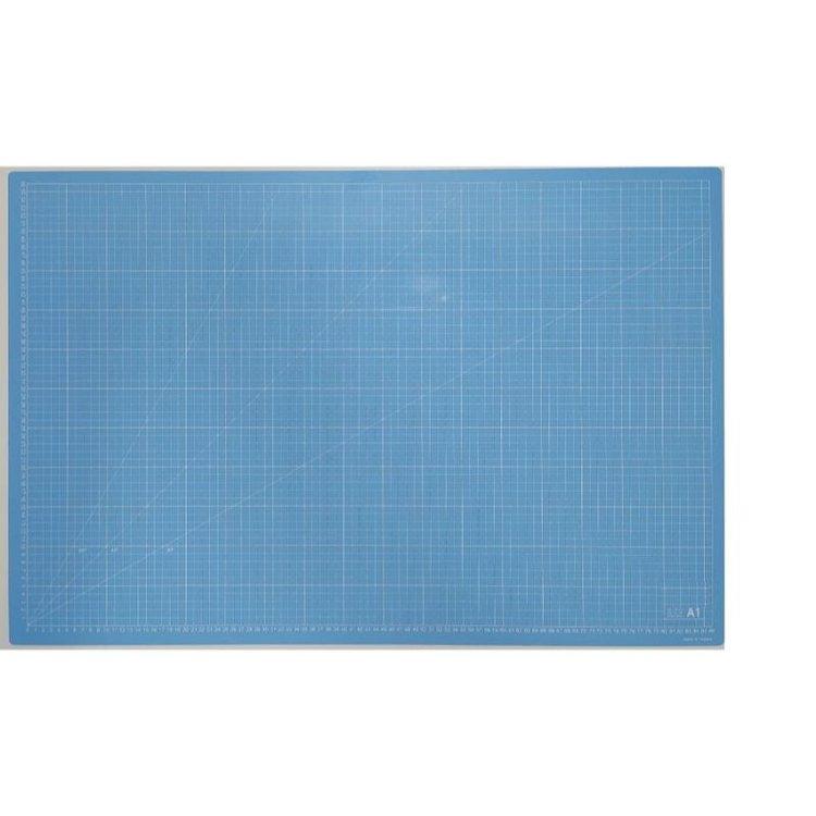 Mat de Corte A1 Celeste  Unabase de cortees la principal herramienta para un escrapero o crafter. Sirve, no solo para cortar con el cúter sin dañar la mesa, sino que la usamos como zona de trabajo para evitar manchar y dañar la mesa.  Tamaño: A1(86x56cm)  Equipo Scrapyart