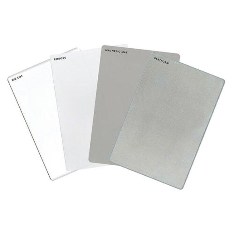 Placas Para Troqueladora Revolution Kit  Kit completo de placas Para la troqueladora Revolution de We R Memory Keepers.  Contiene: 1plataforma, 1 placa magnética, 1 placa para embossado, 1 placa acrílica.  Equipo Scrapyart