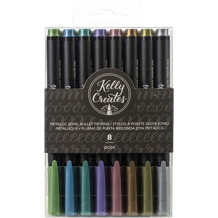 Brush Pen Metallic Jewel  Set de 8 brush pen metálicos Jewel Kelly Creates punta small.  Especiales para practicar caligrafía y lettering.Pemitenun control sobre los trazos siendo versátil y flexible sólo con cambiar la presión del cepillo. Los pigmentos que contienen permiten la escritura sobre superficies oscuras.  Equipo Scrapyart