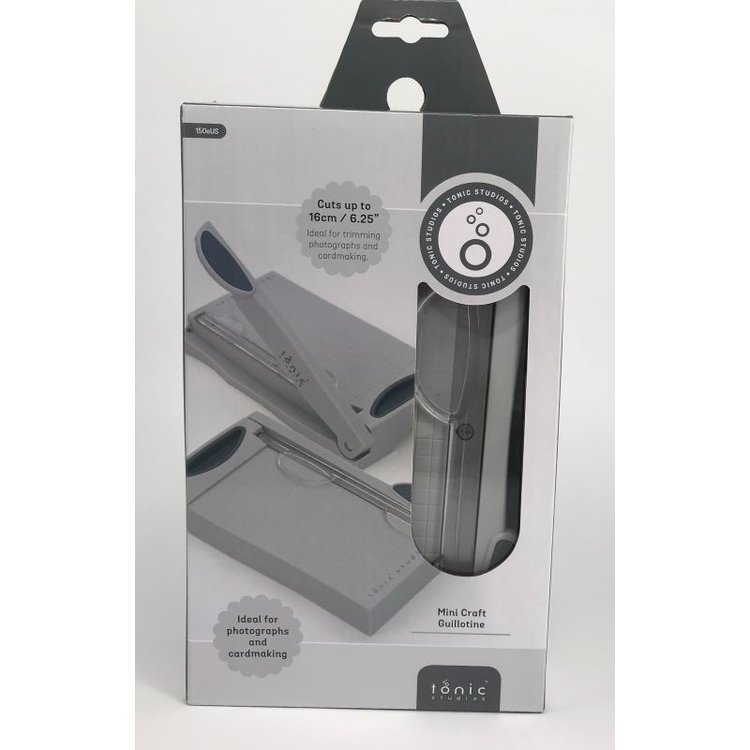 """Mini Guillotina Paper Trimmer 6 """"  Excelente calidad, garantiza un corte preciso y perfecto.Tiene medidas en centimétros y pulgadas facilitando su uso.  Medida : 8.89cm x 15.87cm  Equipo Scrapyart"""