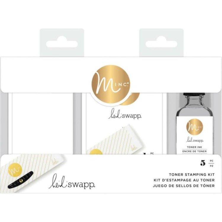Kit para sellos Toner Heidi Swapp Minc  Comienza tu próximo proyecto con el kit para sellos de tóner Minc. Con este kit podrás crear etiquetas, álbumes de recuerdos, proyectos DIY y mucho más. Estampa tus sellos perferidos en foil donde tú quieras. El kit incluye: - 1 una botella de tinta reactiva al tóner. - 2 almohadillas para sellos de repuesto. - 1 soporte para almohadillas de sellos para que la imagen de tu proyecto sea perfecta. - 1 vaso medidor.  Kit para sellos Toner Heidi Swapp Minc  Comienza tu próximo proyecto con el kit para sellos de tóner Minc. Con este kit podrás crear etiquetas, álbumes de recuerdos, proyectos DIY y mucho más. Estampa tus sellos perferidos en foil donde tú quieras. El kit incluye: - 1 una botella de tinta reactiva al tóner. - 2 almohadillas para sellos de repuesto. - 1 soporte para almohadillas de sellos para que la imagen de tu proyecto sea perfecta. - 1 vaso medidor.