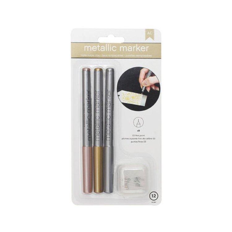 """Plumones metálicos de hermosos colores son perfectos para llevar a diario .   Cuentan con una tinta similar a una pintura metálica opaca que le permite escribir sin ensuciar tanto en papel claro como oscuro y es libre de ácido, no tóxico, impermeable y a prueba de decoloración.  Contenido : El paquete incluye tres marcadores 03 de punta fina de 5 1/2 """"en oro rosa, oro y plata.   Cada bolígrafo viene con dos puntas adicionales.  Equipo Scrapyart"""