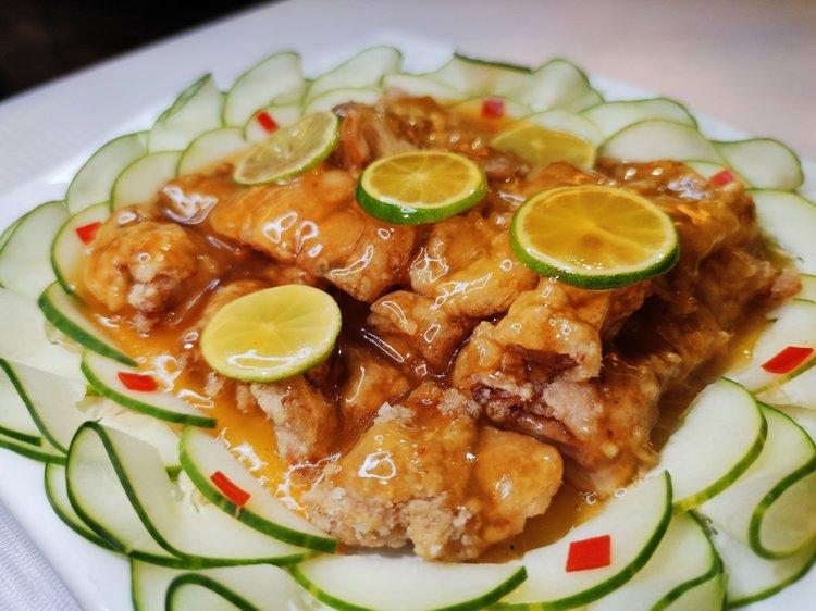 Pollo arrebozado en salsa de limón (agridulce).