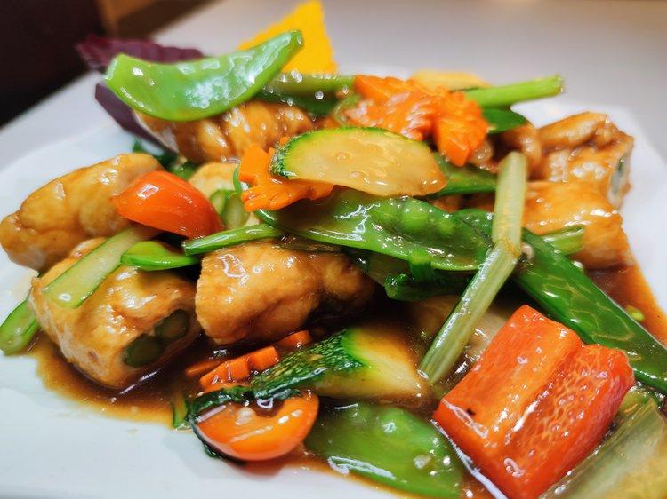 Pollo enrollado con espárragos salteados con verduras.