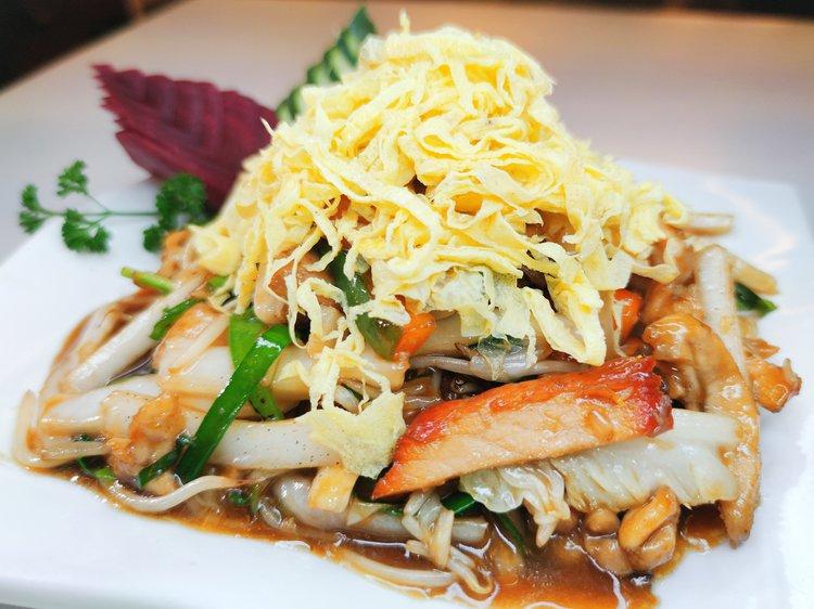 Con pollo, chancho, pato en cortes hilo salteado con verdutas con topping tortilla de huevo en hilos.