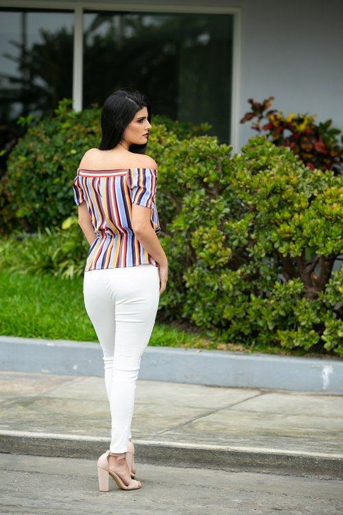 Hermosa blusa de twill , con lindo detalle en la cintura.
