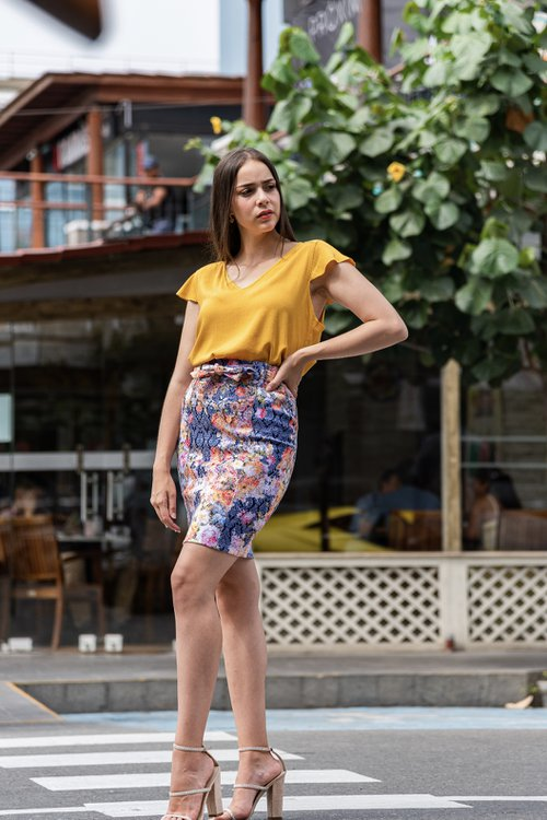 Falda Tamara ,viene en drill de algodón ,en este bello estampado, con lazo en la cintura, cortes en el delantero y cierre invisible al costado.