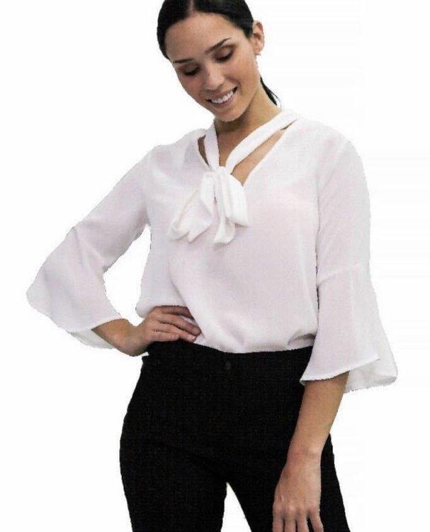 Disponible en talla S M L  Blusa de gasa crepe, con lazo en el cuello y manga con vuelo.