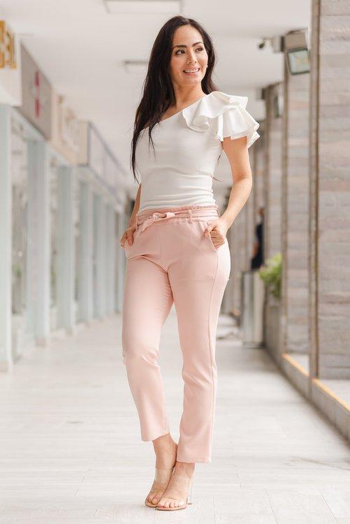 Pantalón de tela plana Semi strech muy cómodo al cuerpo , de lazo a la cintura, y muy buen entalle y línea de planchado.Disponible en talla S M L ,de la NUEVA COLECCIÓN !!