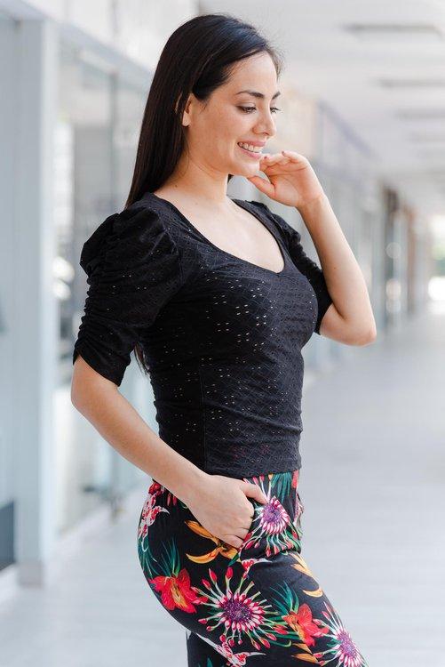 Blusa de tela Broderi licrado , con hermosa manga.  Disponible en talla S M L  La modelo exhibe en talla Small