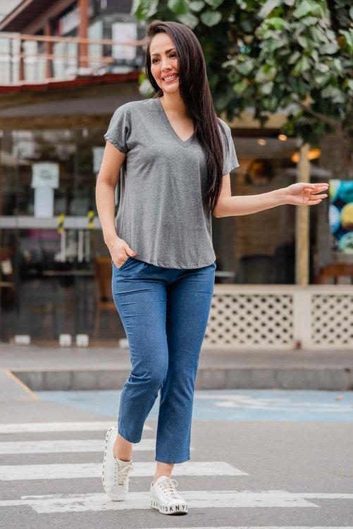 Polo de algodón Jersey , cuello V  Disponible en talla S M L  La modelo exhibe la talla S