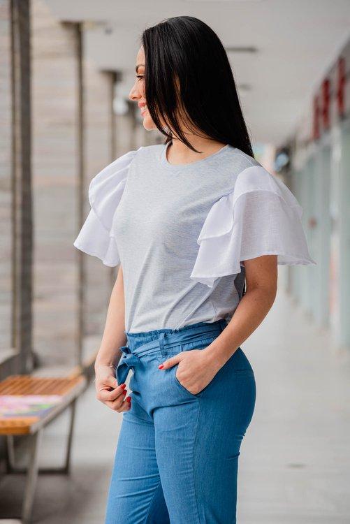 Blusa de tela algodón jersey  Cuello redondo con volantes en las mangas de Lino .  Disponible en talla S M L