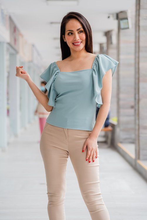 Hermosa blusa de tela scuba strech .Disponible en talla S M LLa modelo exhibe la talla S