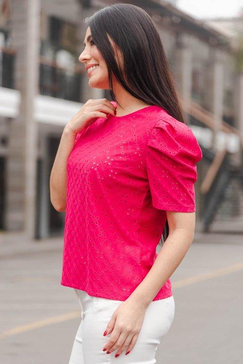 Blusa de tela Broderi licrado Disponible en talla S M L La modelo exhibe la talla Small
