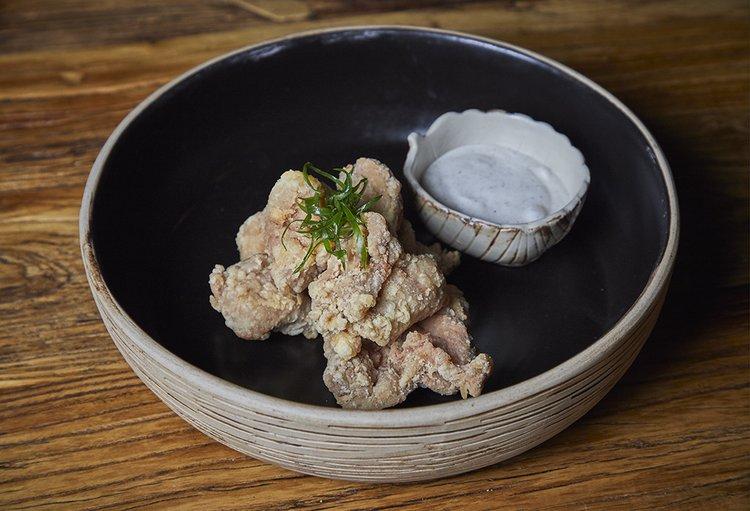 Pollo frito japonés con salsa wa yen.