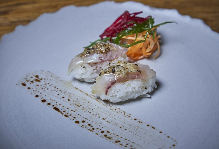Lámina de shiromi gratinada en mantequilla trufada.