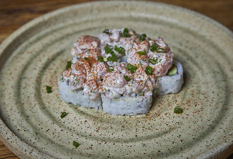 Relleno de Ebi furai, palta y queso crema, coronado de tnt de shiromi.