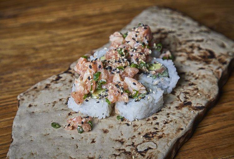 Relleno de salmón, kiuri y palta con tartare de salmón en salsa sweet chilli.