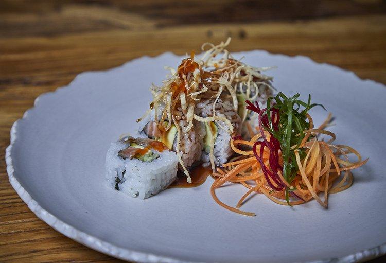 Relleno de salmón, kiuri y palta, furai con salsa de ostión picante, gotas de tamarindo e hilos de wantan.